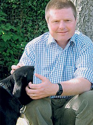 RADICAL O ativista britânico Greg Every, em sua casa. Ele pegou nove anos de cadeia por aterrorizar cientistas  (Foto: Reprodução)