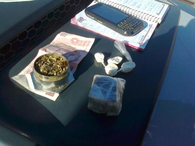Com outro suspeito, a PM apreendeu drogas e anotações sobre o tráfico. (Foto: Carlos Alberto Soares / TV Tem)
