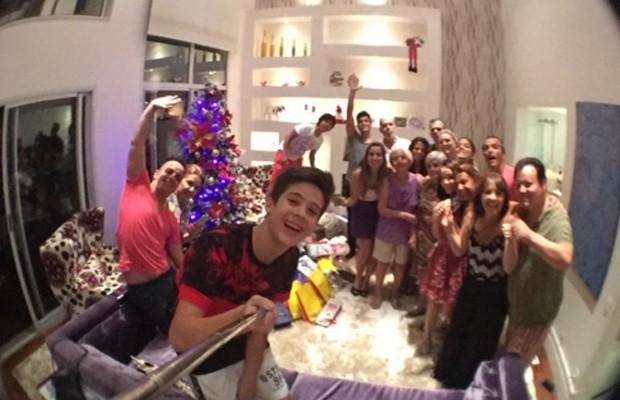 Entre familiares, João Guilherme e Larissa Manoela passaram Natal juntos (Foto: Reprodução/Instagram)