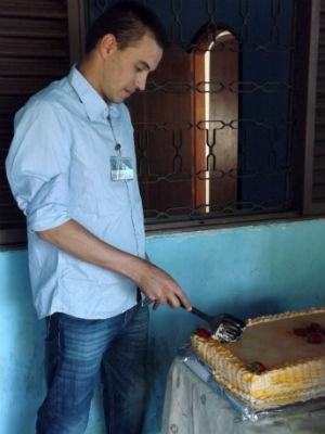 Na falta de uma face, Rafael cortou o seu bolo de aniversário com uma espátula (Foto: Natália de Oliveira/G1)