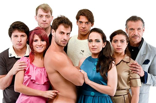 Lucas reunido com o elenco do espetáculo, em cartaz no Espaço Tom Jobim (Foto: Divulgação)