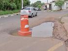População coloca cone em rua cheia de buracos: 'Riscos de acidentes'