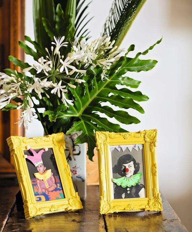 Fotografias da família com fantasias de papel ganham muitos pontos no quesito originalidade. Porta-retratos Ideia Única (Foto: Elisa Correa / Editora Globo)