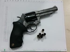 Arma apreendida pela polícia, que teria sido usada no homicídio (Foto: Toni Francis/G1)