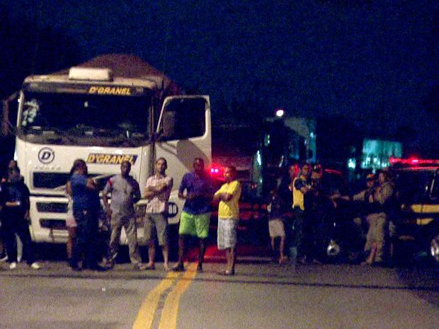 BR-381 é fechada durante manifestação em Sabará, na Região Metropolitana de Belo Horizonte (Foto: Reprodução TV Globo)