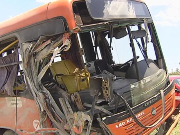 Ônibus ficou com a frente destruída após o acidente (Foto: Reprodução/ TV TEM)
