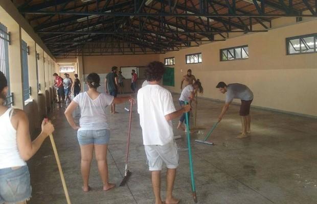 Alunos promovem limpeza de colégio durante ocupação em Goiânia, Goiás (Foto: Divulgação)