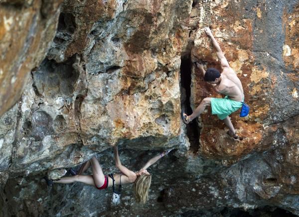 """O """"Psicobloc"""" também é praticado por mulheres (Foto: Jaime Reina/AFP)"""