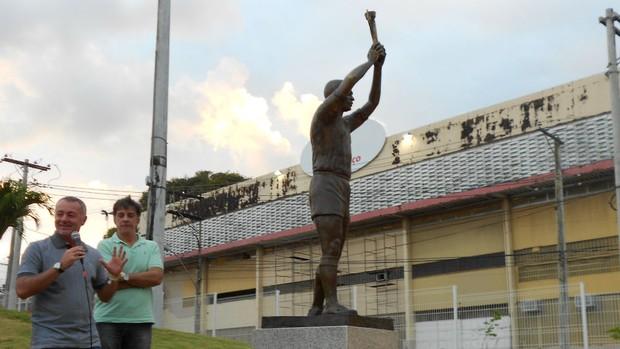 Bobô participou da solenidade de reinauguração da estátua de Pelé (Foto: Eric Luis Carvalho)