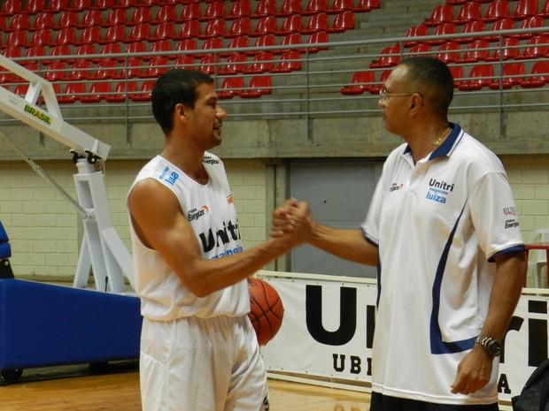 Valtinho e técnico do basquete de Uberlândia, João Batista (Foto: Caroline Aleixo/GLOBOESPORTE.COM)