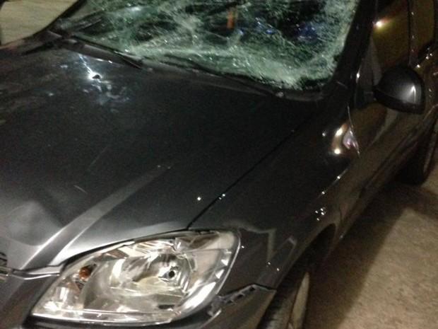 Carro que o homem dirigia ficou destruído  (Foto: Divulgação/PM)