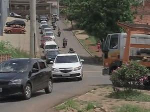 Com dois acessos interditados, movimento é grande em outro trecho (Foto: Reprodução/ TV TEM)