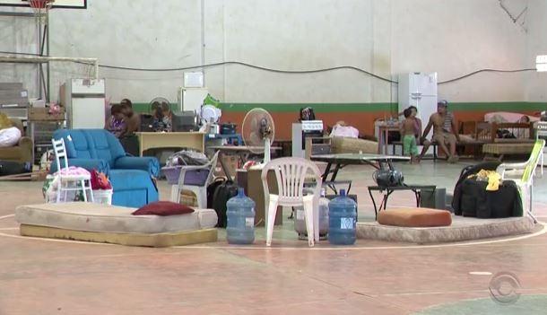 Prefeitura de Camboriú disponibilizou dois abrigos para as famílias (Foto: Reprodução/RBS TV)