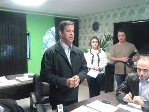 Prefeito Filó, de Ferraz de Vasconcelos, anuncia 2º queda nas passagens (Foto: Kriss Oliveira/ TV Diário)