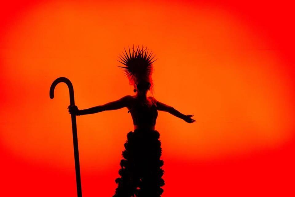 Cores, luzes e sombras no novo clipe de Karol Conka, 'Maracutaia' (Foto: Divulgao)