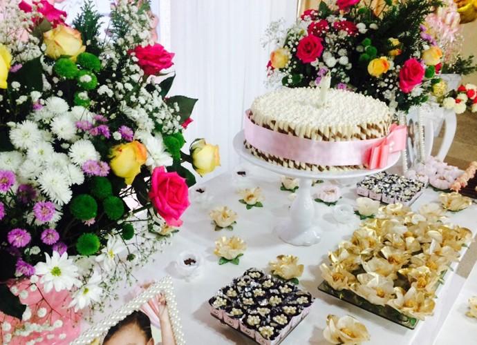 As cores rosa claro e branco predominaram na decoração da festa (Foto: Arquivo Pessoal)