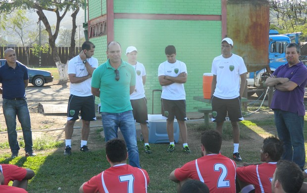 Gilmar, Rodrigo, Luizinho, Weskley, Erick, Valinir e o presidente Marcelo. (Foto: Kaleo Martins / Globoesporte.com)