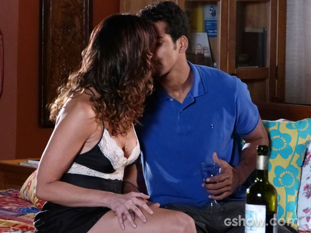 Antes do beijo ela provocou demais o pobre Jairo (Foto: Em Família/TV Globo)