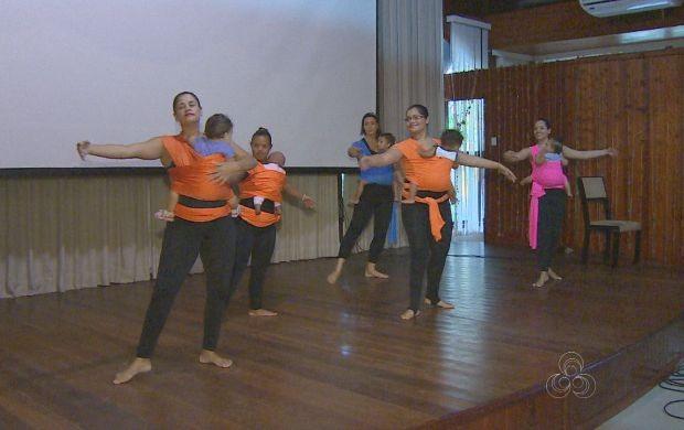 Mães dança com os filhos no colo durante programação (Foto: Amapá TV)