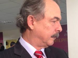 """Ministro Aloízio Mercadante fala com jornalistas após o programa """"Bom Dia Ministro"""" (Foto: Luciana Amaral/G1)"""