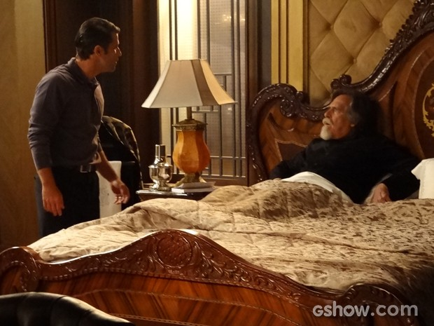 Franz entra furioso em quarto de Ernest (Foto: Joia Rara/ Tv Globo)
