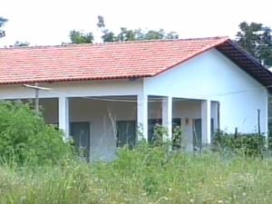 Escola localizada em outra aldeia foi inaugurada em 2012, mas está abandonada (Foto: Reprodução/TV Anhanguera)