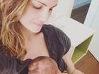 Carolina Kasting posa com o filho caçula: 'Mamãe acabada, mas feliz'
