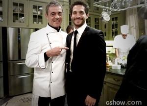 Jean Pierre Noher e Michel Noher, pai e filho contracem juntos pela primeira vez (Foto: O Rebu/TV Globo)