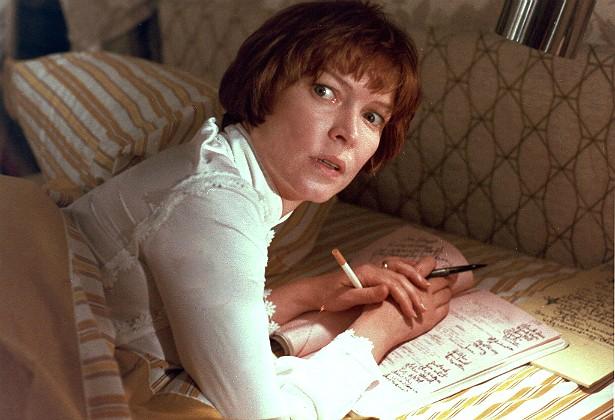 Numa sequência de 'O Exorcista' (1973), Ellen Burstyn foi arremessada contra a parede com muita violência por um especialista, a mando do diretor do filme, William Friedkin. Ela ficou furiosa com o gesto, e a reação da atriz aparece no resultado final (o que, com razão, a deixa ainda com mais raiva do cineasta). (Foto: Reprodução)
