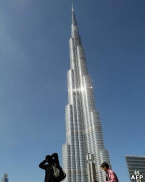 O edifício de 828 metros de altura, inaugurado pouco após eclosão de crise financeira (Foto: AFP)