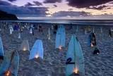 Surfistas, familiares e amigos fazem homenagem a Ricardinho na praia