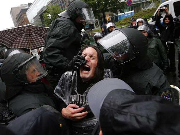 Policiais entram em confronto com manifestantes em Frankfurt (Foto: Reuters)