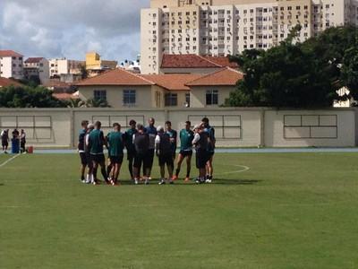 René conversa com jogadores (Foto: Marcelo Baltar/ GloboEsporte.com)