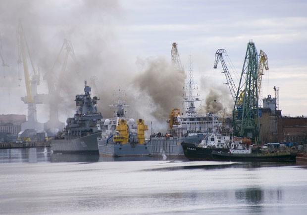 Fumaça é vista no porto de Severodvinsk, na Rússia, nesta terça-feira (7), após um incêndio em um submarino nuclear russo (Foto: Oleg Kuleshov/Reuters)