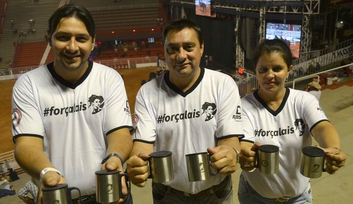 Matheus (irmâo), Antônio (pai) e a companheira de Antônio, Régina, iniciaram as vendas nesta sexta-feira (Foto: Cleber Akamine)