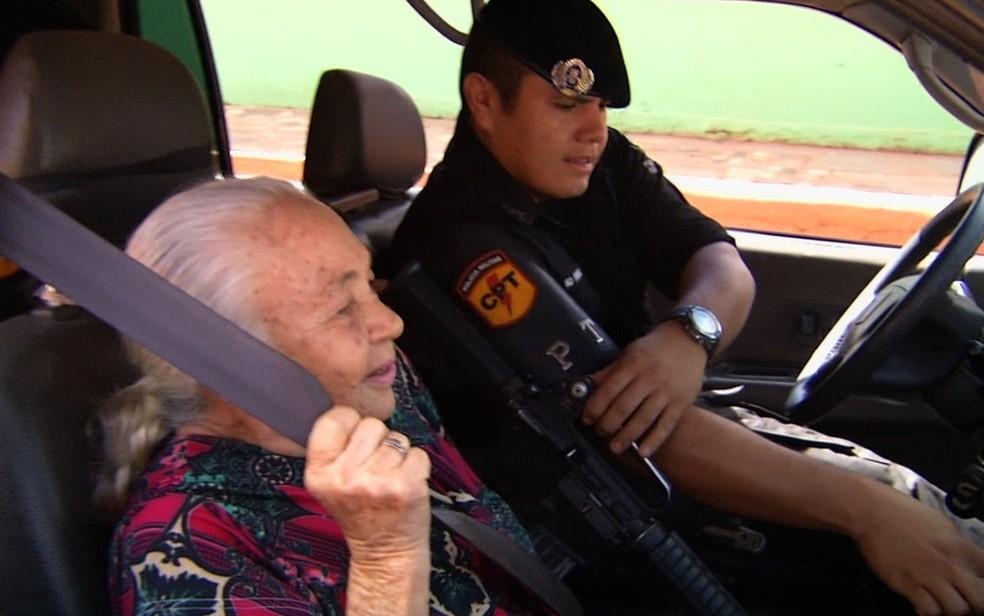 Margarida Telma realiza sonho de dar volta em carro da PM, em Formosa (Foto: Reprodução/TV Anhanguera)
