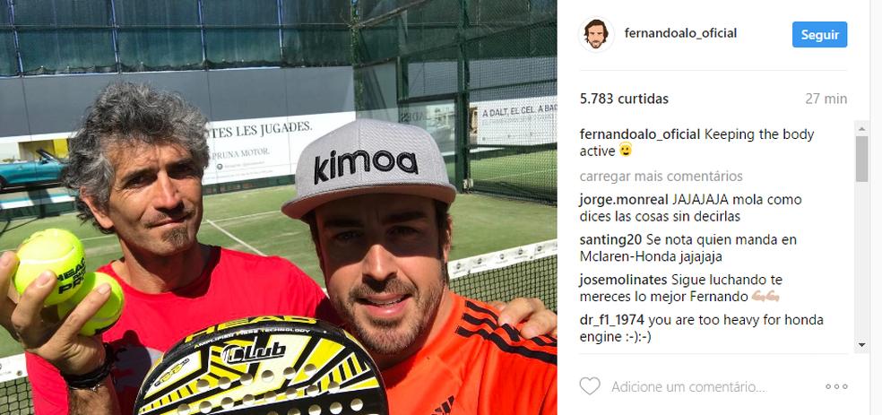 Fernando Alonso joga pádel durante primeiro treino livre (Foto: Reprodução)