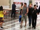 Gerard Butler é assediado por fãs na saída da academia no Rio