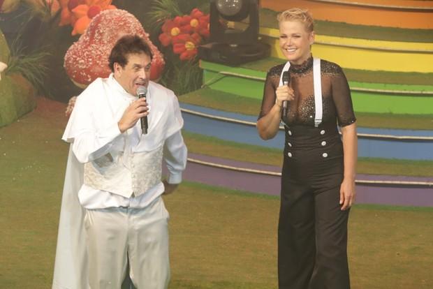 Sérgio Mallandro e Xuxa se divertem em cima do palco durante festa no Rio (Foto: Ricardo Nunes / Divulgação)