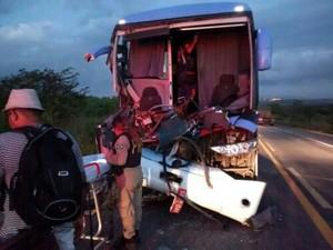 No CE, acidente com ônibus da linha Teresina-Fortaleza deixa três feridos (Foto: PRF-CE)