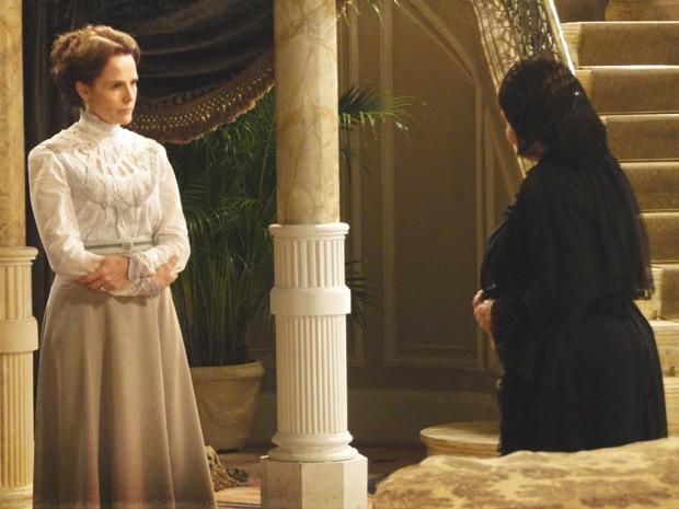 Eulália chega na casa de Margarida sem avisar (Foto: Lado a Lado/Tv Globo)