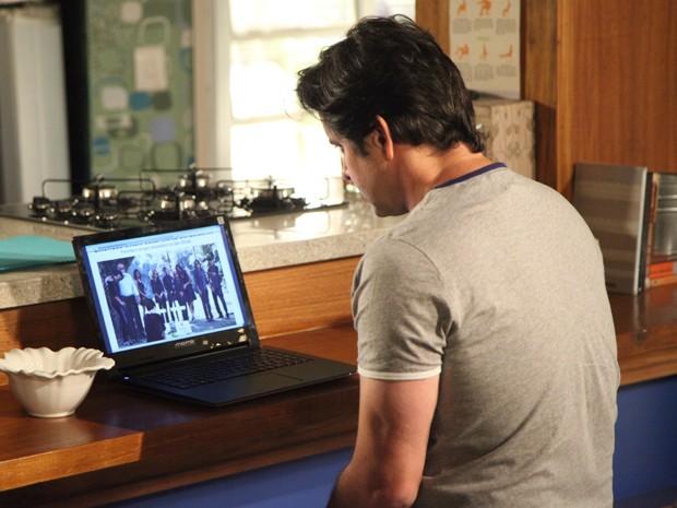 Jonas procura seu filho e vê foto do enterro dos pais adotivos dele (Foto: Carol Caminha/Gshow)