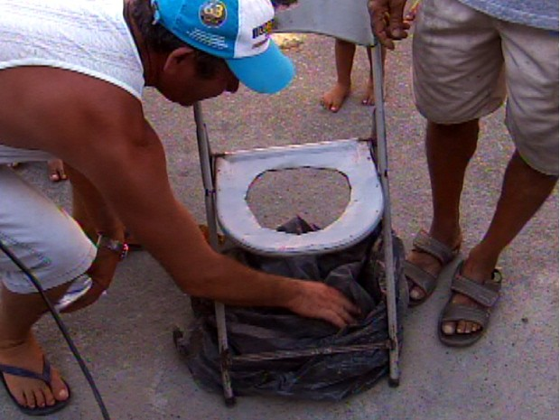 Morador adaptou vaso sanitário em cadeira (Foto: Reprodução/TV Tem)