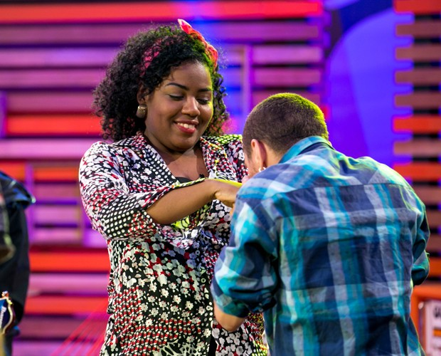 Joey Mattos cumprimenta Letícia Pedroza com carinho (Foto: Isabella Pinheiro/Gshow)
