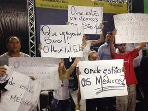 Manifestantes reivindicam melhorias em hospital de Ferraz de Vasconcelos (Foto: Carolina Paes/G1)