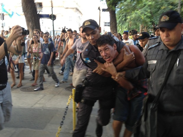 PM usa força para conter manifestante  (Foto: Gabriel Barreira/G1)