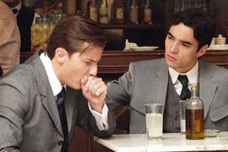 Fernando e Umberto conversam (Foto: Lado a Lado / TV Globo)