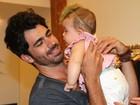 Vai treinando... Em tarde de autógrafos, Rodrigão posa com bebê