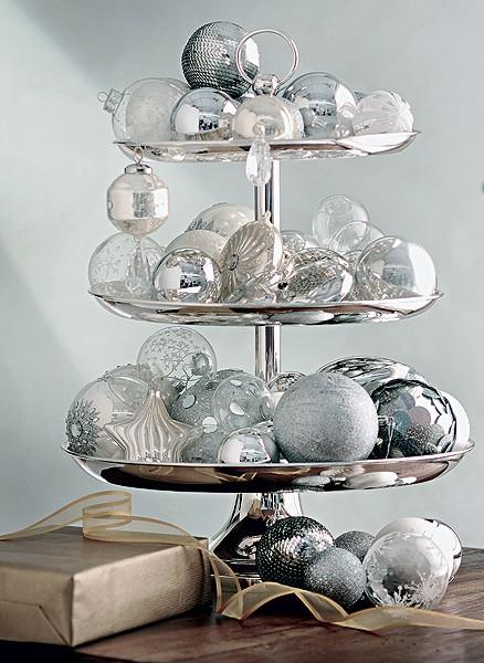 Dê um descanso para o pinheiro. Você só precisa de um prato de andares e algumas bolas de Natal. Veja como fica lindo (Foto: Rogério Voltan/Casa e Comida)
