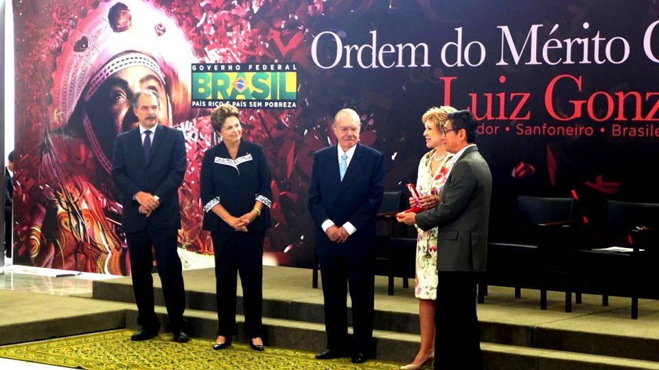 Miguel Chikaoka recebe prêmio das mãos de Marta Suplicy, ministra da cultura. Presidente Dilma Roussef também participou da cerimônia no Palácio do Planalto, em Brasília. (Foto: Natan Chikaoka/ Arquivo pessoal)